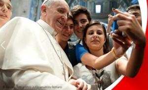 Pope-selfie-teenagers
