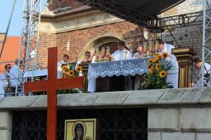 L'autel de la messe géante est sur un podium