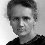 Marie Curie-Sklodowska, par sa découverte du radium, élément radioactif, contribua largement au développement de la physique atomique et à la thérapie du cancer.